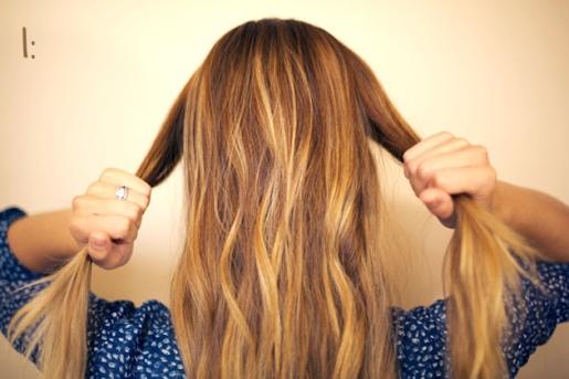 01) Primeiramente, separe duas mechas do cabelo, como se fosse prendê-los para trás.
