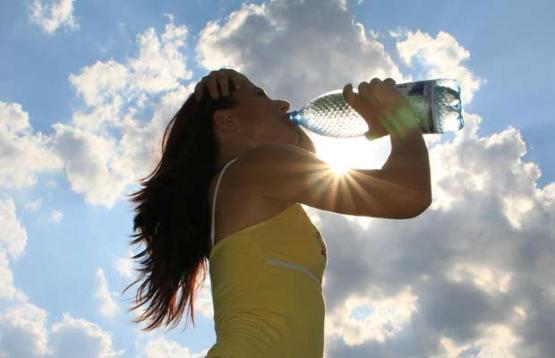 reduzir-a-barriga-beba-muita-agua